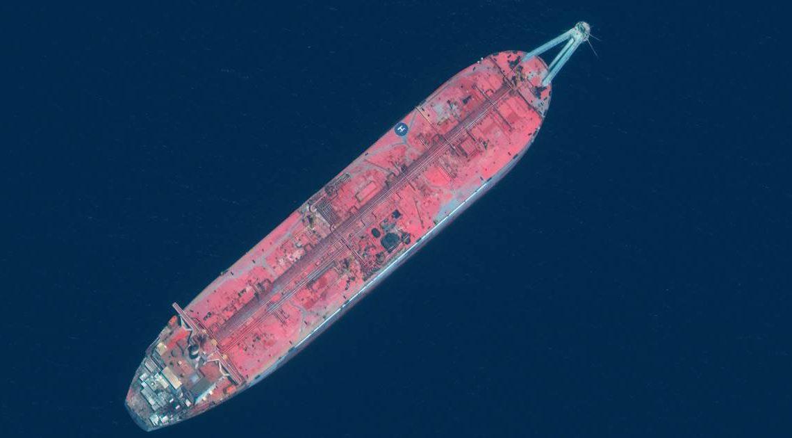 Una petroliera abbandonata che é una bomba ecologica