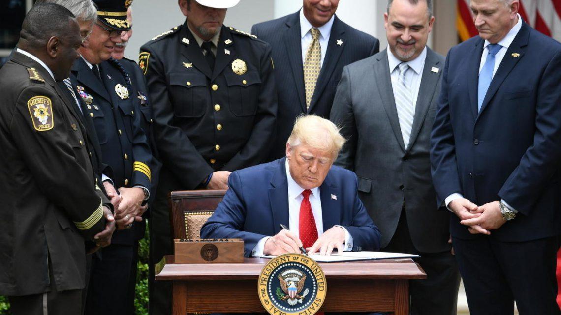 Trump firma la legge che probisce il chockehold
