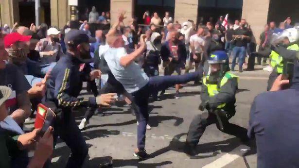 L'estrema destra inglese in piazza a Londra per proteggere i simboli inglesi