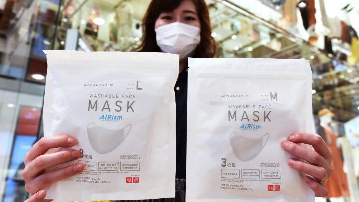 """Presi d'assalto in Giappone i negozi Uniqlo per le maschere """"traspiranti"""""""